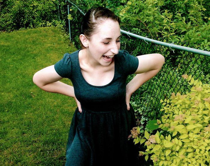 Tamara Dublin, chica con un hermano autista, parada afuera de un jardín viendo las flores