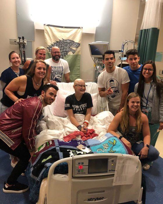 Lily Jordan junto a los Jonas Brothers en el hospital donde Jordan recibe tratamientos
