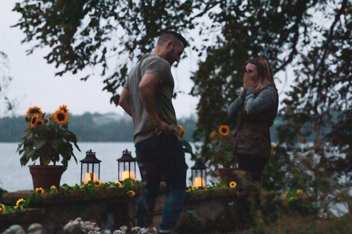 Hombre parado frente a su novia después de proponerle matrimonio