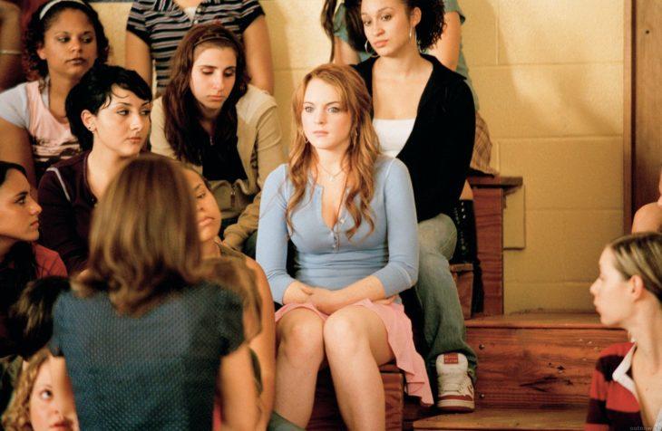 Escena de Chicas Pesadas en la que el personaje de Lindsay Lohan se siente observada