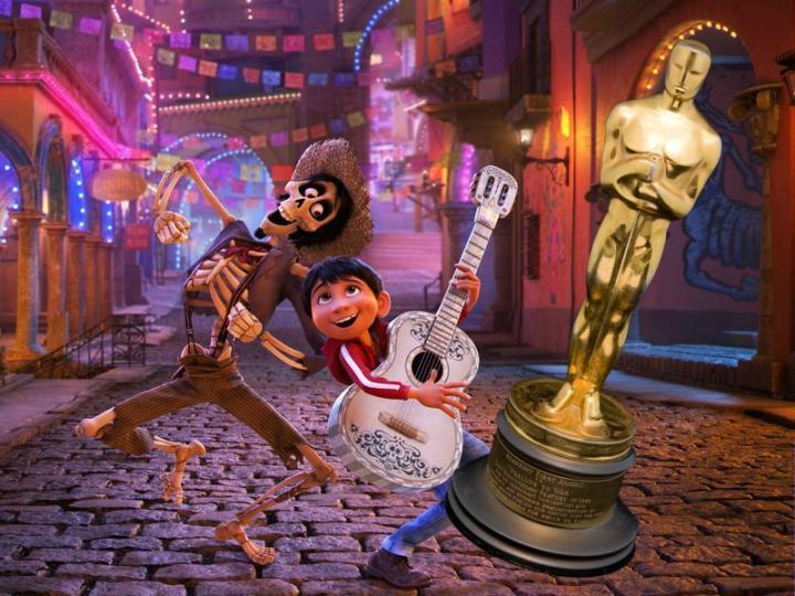 Escena de la película Coco, Pixar, Miguel y Héctor bailando en la calle