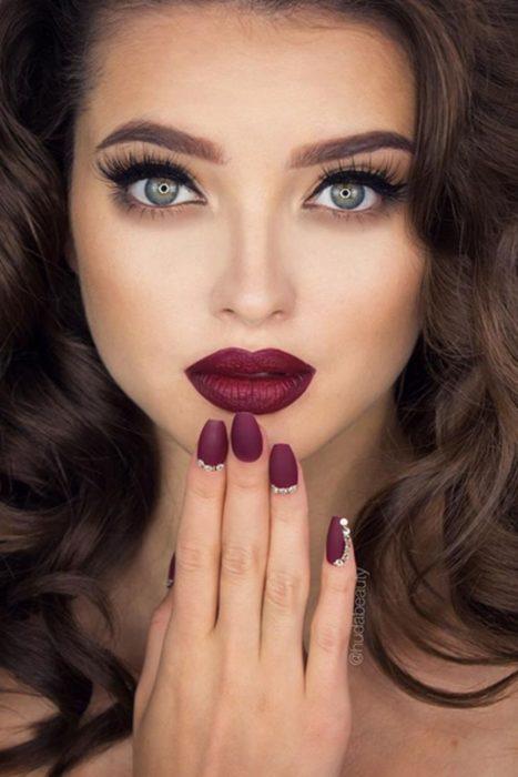 Color vino en uñas y ojos