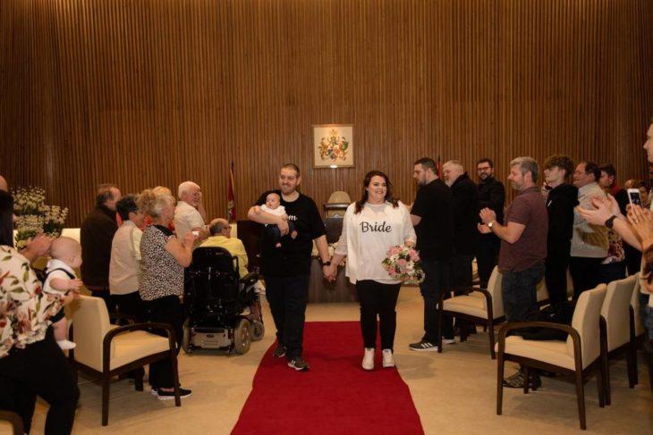 Rebeca, Glen y Eleonor Maxwell salen de la ceremonia en donde los unieron en matrimonio
