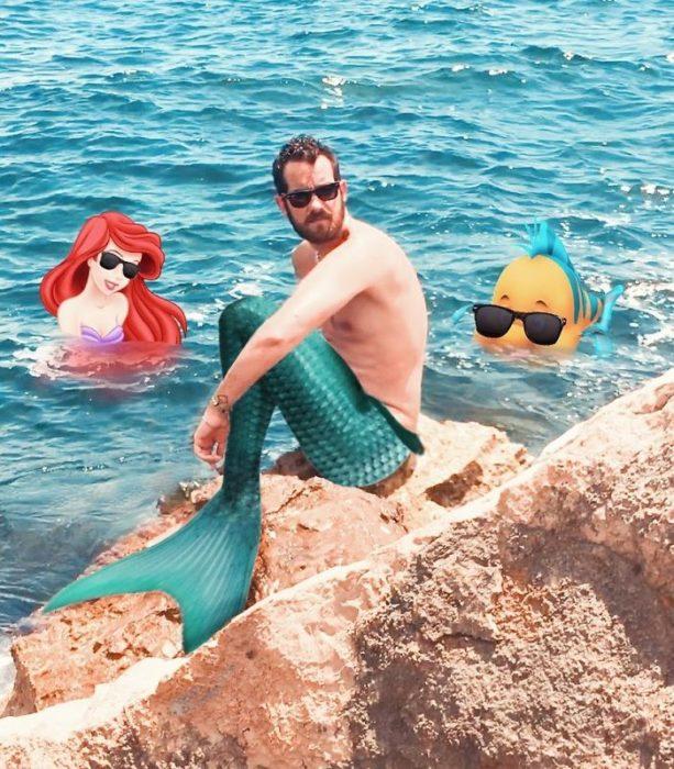 Artista que hace montajes con personajes de Disney junto a Ariel de la sirenita en el mar