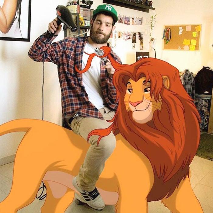 Ilustrador que hace montajes con personajes de Disney montado sobre Simba de El Rey León