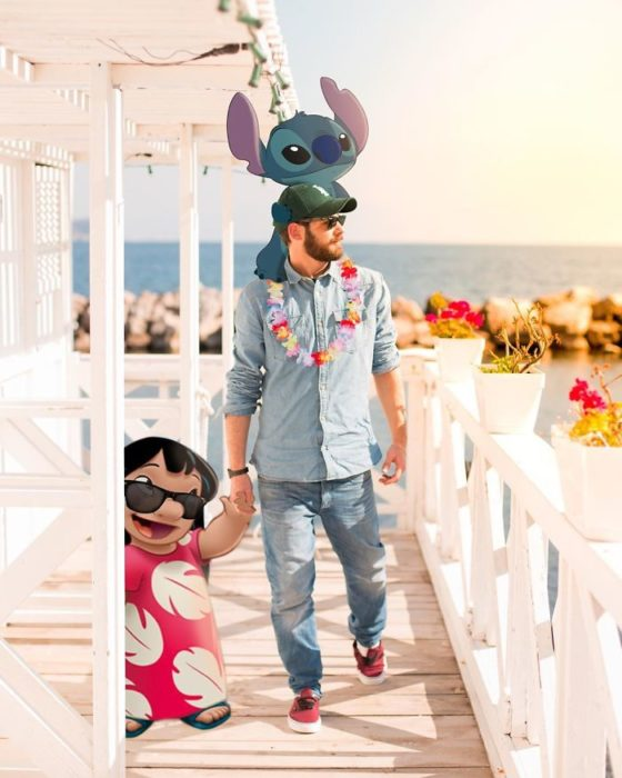 Ilustrador que hace montajes con personajes de Disney tomando de la mano a Lilo y cargando a Stitch