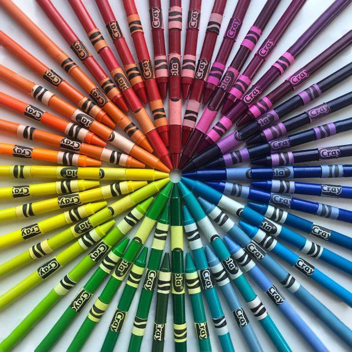 Crayolas acomodadas por gama de color