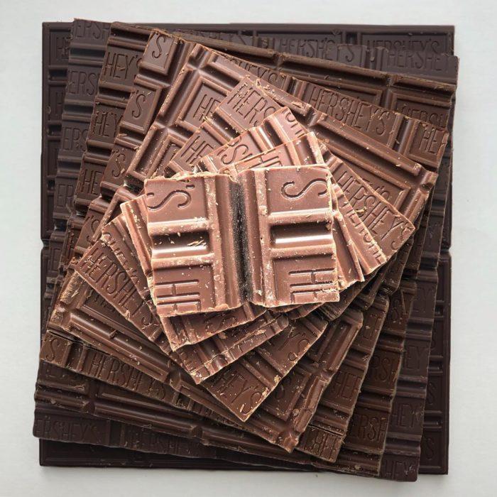 Pirámide con tabletas de chocolate de leche