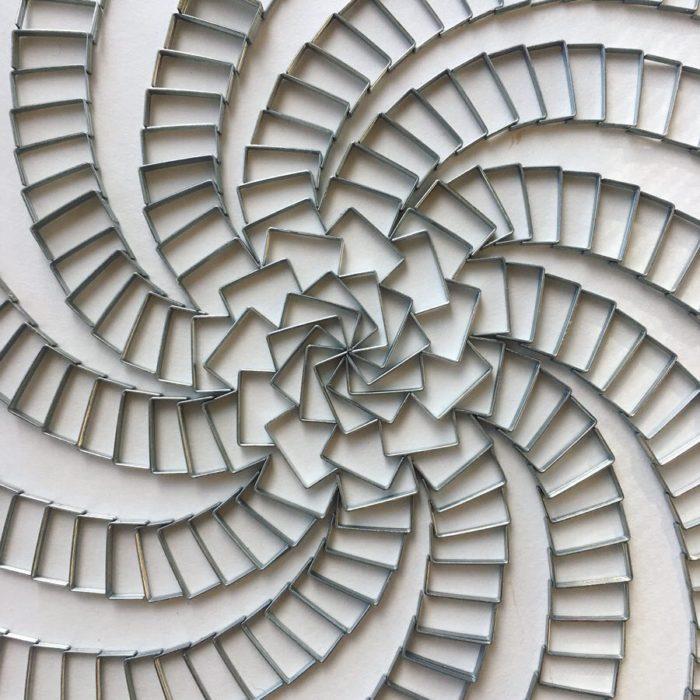 Estructura en espiral formadas por grapas de metal