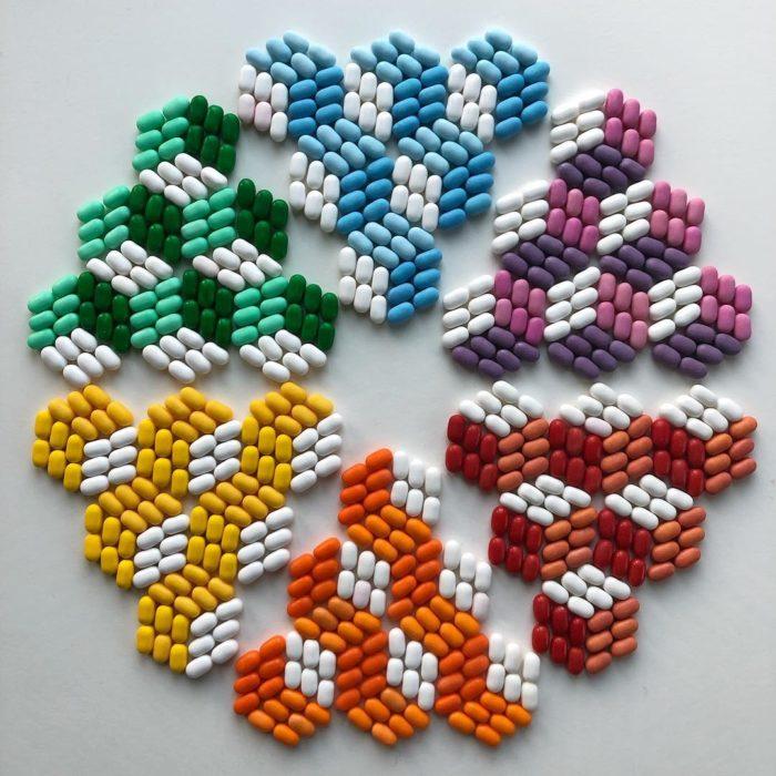 Estructura circular formada con piezas de colores