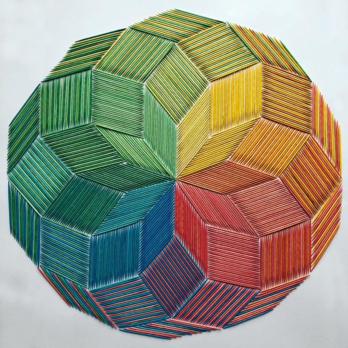 Círculo formado con palillos de dientes de colores