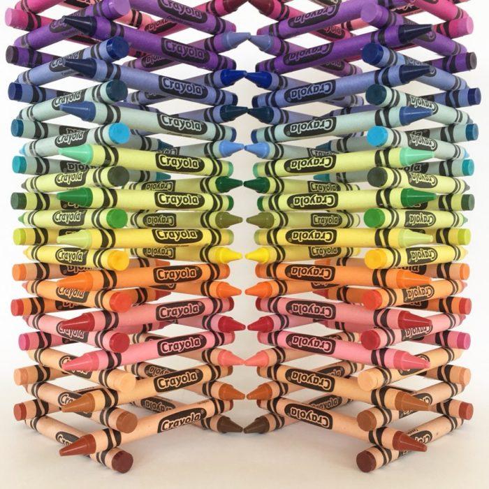 Pilas de crayolas acomodadas por colores