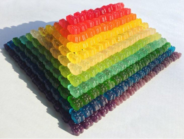 Pirámide formada con osos de goma de colores