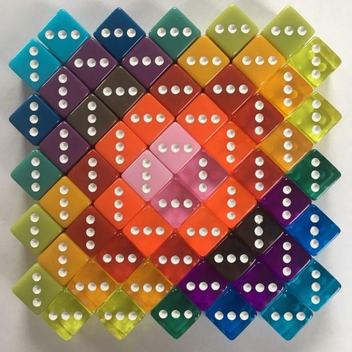 Cubos de plástico de colores formados por gama de color