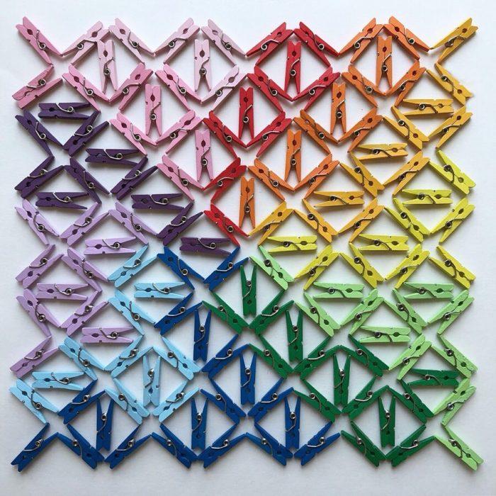 Cuadro de colores formados por ganchillos para la ropa