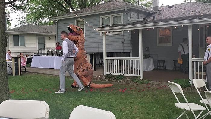 Cristina Adams llegando a la boda de su hermana vestida de dinosaurio T-Rex