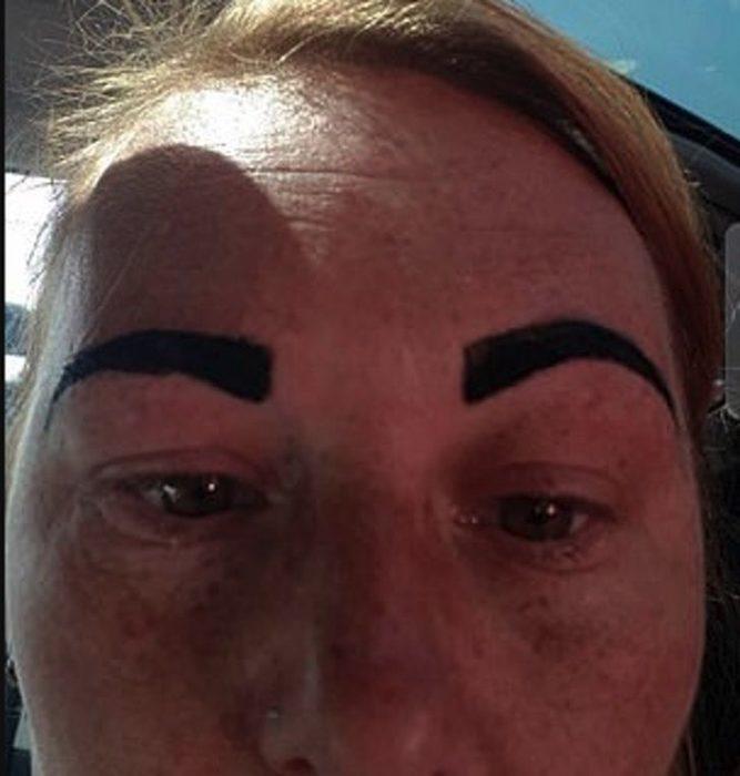Mujer con las cejas gruesas teñidas de color negro