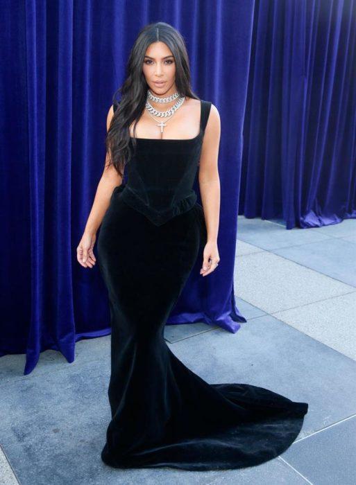 Kim Kardashian usando un vestido negro de terciopelo mientras asiste a la gala depremiós Emmy 2019