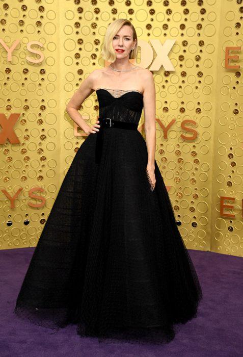 Naomi Watts usando un vestido negro de corte princesa en la entrega de premios emmy 2019