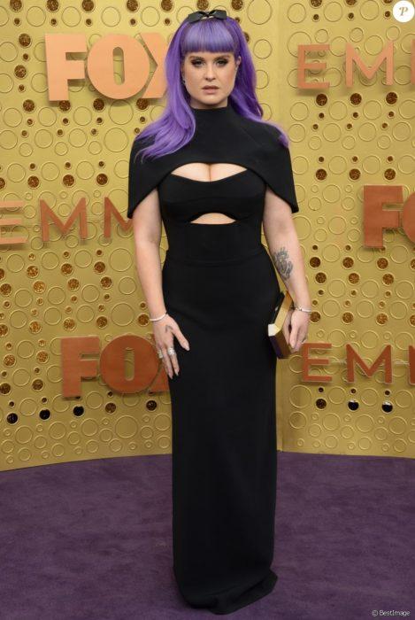 Kelly Osbourne usando un vestido de color negro con escote en el pecho y el estomago