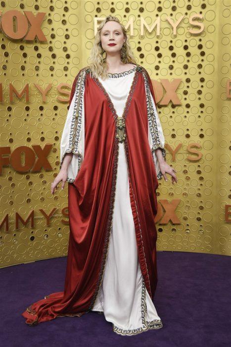 Gwendoline Christie usando un traje rojo con blanco mientras está en la entreg ade premos emmy 2019