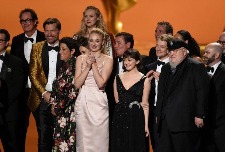 Elenco de Game Of Thrones recibiendo su premio emmy 2019