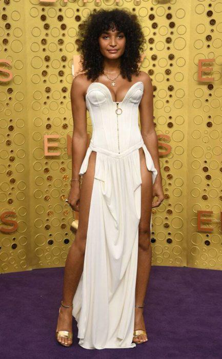 Indya Mooreusando un vestido de color blanco en la alfombra roja de los premios emmy 2019