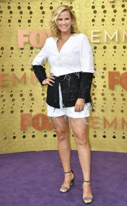 Allana Harkinusando un raje de color blanco con negro en los Emmy 2019