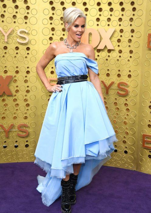 Jenny McCarthyusando un vestido de color azul con botas de combate en los emmy 2019