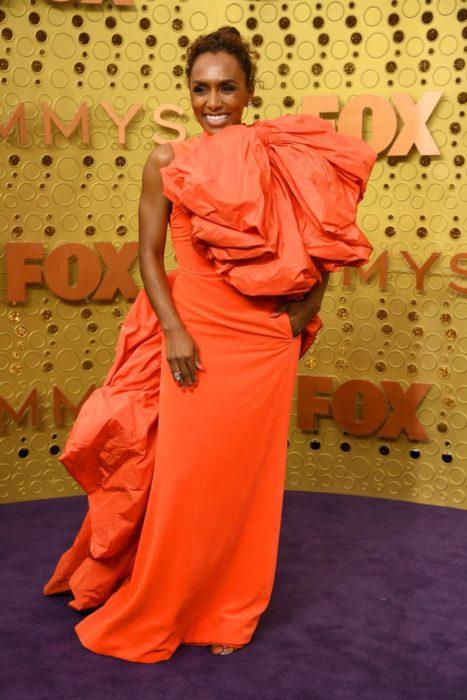 Janet Mockusando un vestido de color naranja en los Emmy 2019