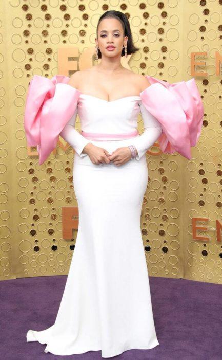 Dascha Polancousando un vestido de color blanco con hombreras rosas