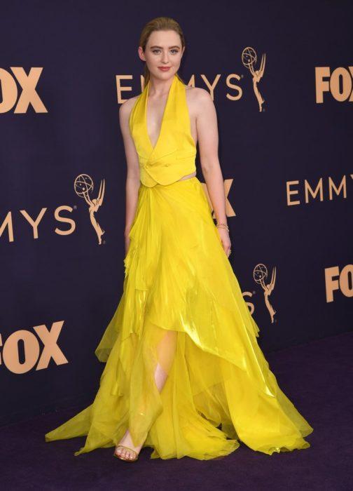 Kathryn Newtonusando un vestido de color amarillo en los Emmy 2019