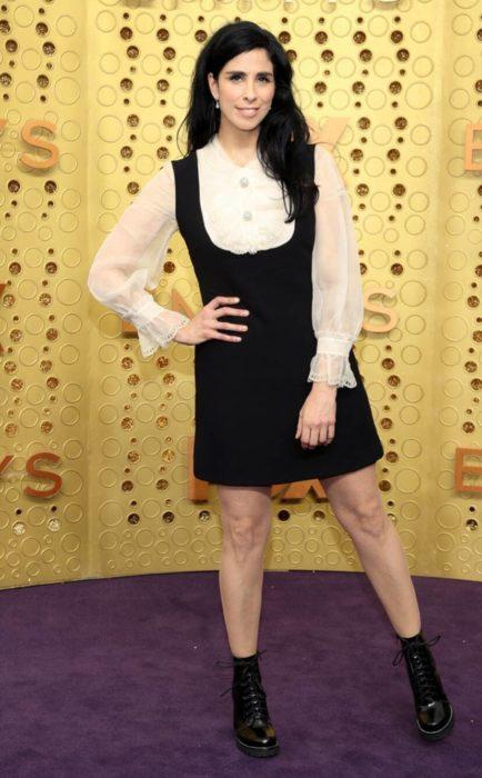 Sarah Silverman usando un vestido negro con blusa blanca en los Emmy 2019
