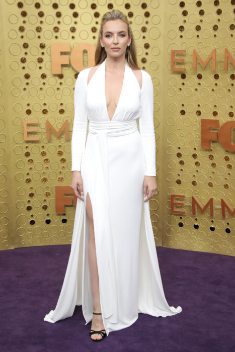 Jodie Comer usando un vestido blanco en la entrega de premios emmy 2019