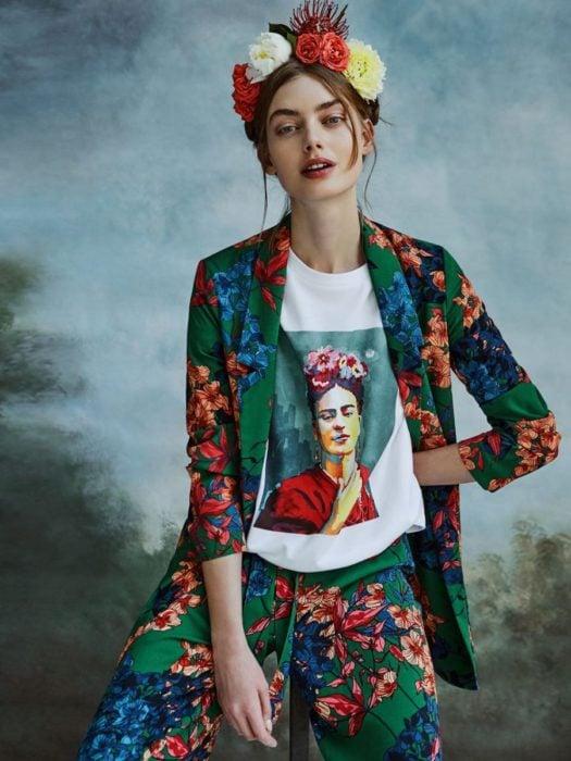 Chica usando un traje con estampados de flores di adema y camisa de Frida Khalo