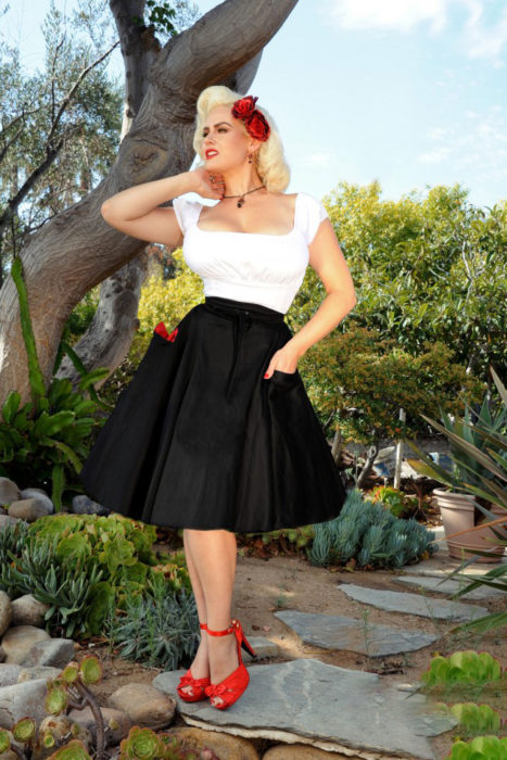 Chica usando un vestido blanco y negro con una pañoleta roja estilo pon up