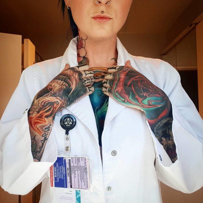 Sarah Gray con bata de doctora