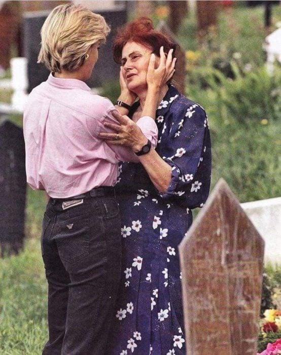 Diana sostiene la cara de la madre que se topó en el cementerio de Bosnia