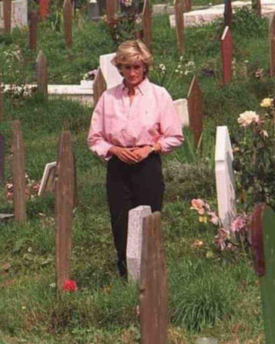 Lady Di caminando en un cementerio local de Bosnia