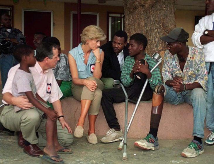 Diana habla con jóvenes afectados por minas antipersonas en Ángola