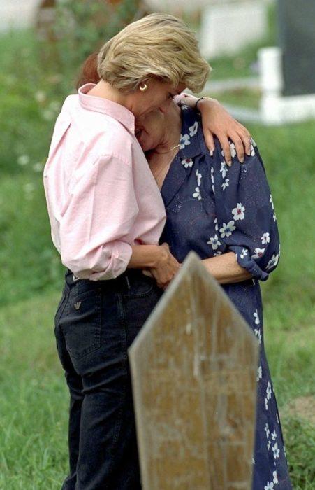 Diana abraza a la madre que encontró en el cementerio mientras esta llora