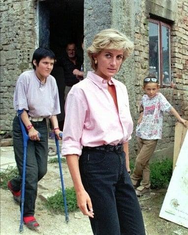 Diana de Gales en su visita a Bosnia saliendo de visitar a personas afectadas por las minas antipersonas