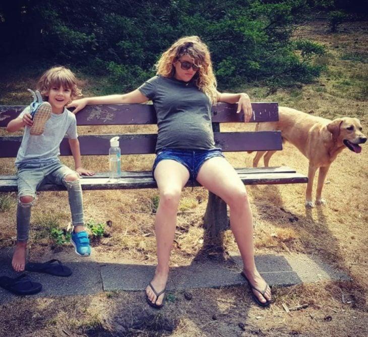 Embarazada con un niño y un perro