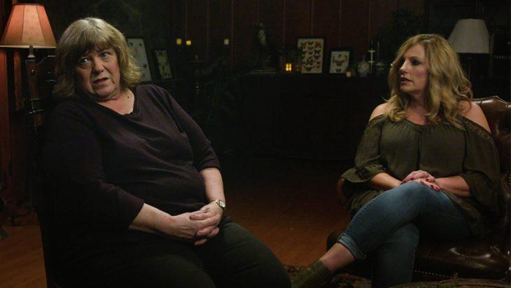 Par de mujeres sentadas en una silla, charlando, escena de la serie Lo que vi, temporada 2