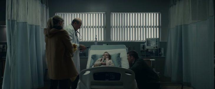 Padres cuidando a su hija en el hospital, escena de la película Fractura de Netflix