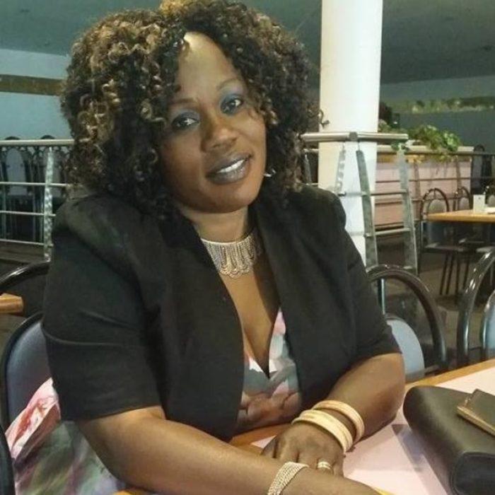 Noela Rukundo en un restaurante vestida de saco oscuro y pelo suelto