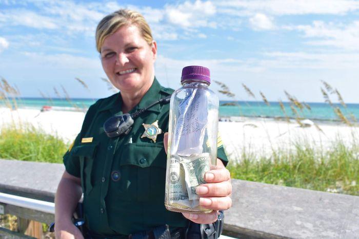 Paula Pendleton, oficial que encontró la botella con las cenizas de Brian Mullins la muestra a la cámara