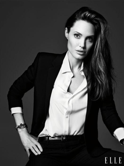 Famosas con traje; Angelina Jolieen sesión de fotos de Elle, con saco y pantalón de vestir con blusa blanca