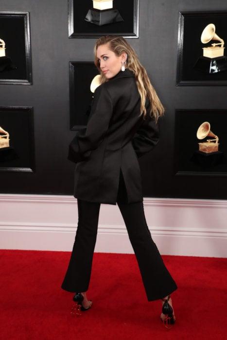 Famosas con traje; Miley Cyrus con saco oversized y pantalón de vestir negro