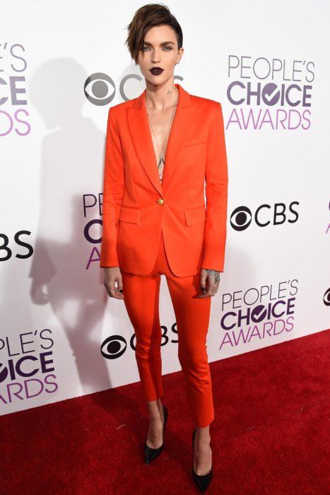 Famosas con traje; Ruby Rose en la alfombra roja de los People's Choice Awards con saco y pantalón de vestir anaranjado y zapatillas stiletto, con corte pixie